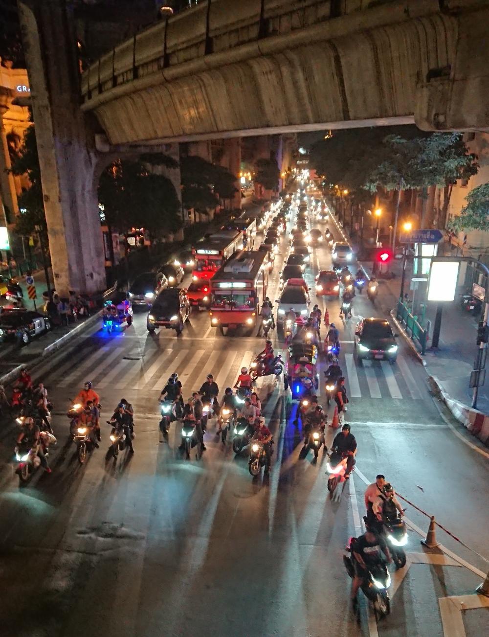 bangkok-gece-motorsiklet-trafiği