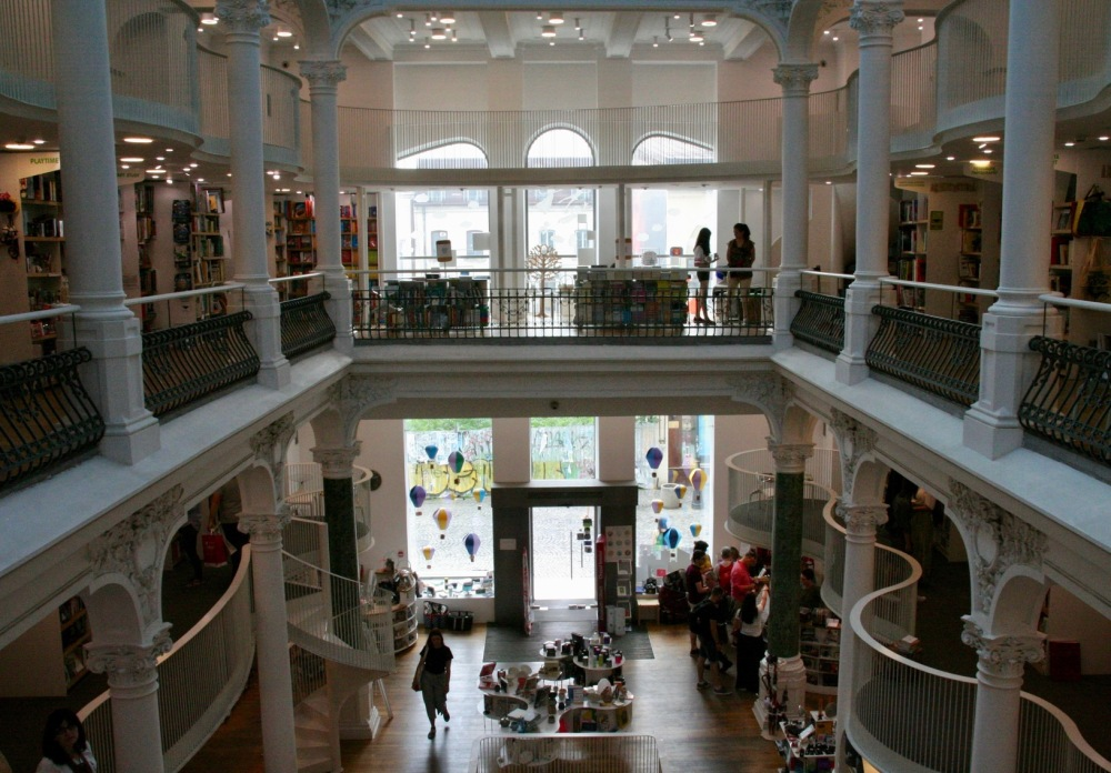 #bükreş #bucharest #cartureşticarusel #bookstore #kitapevi